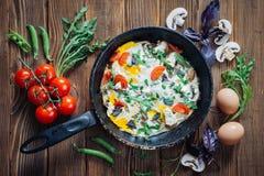 Gesundes Lebensmittel und Bestandteile auf rustikalem hölzernem Hintergrund stockbilder