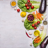 Gesundes Lebensmittel- und Diätnahrungskonzept, Frischgemüse, Grenze, Platz für Text auf hölzernem rustikalem Draufsichtvegetarie Stockbild