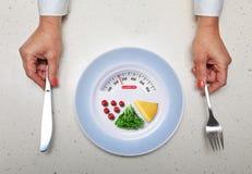 Gesundes Lebensmittel und Hände mit Küchenbesteck Lizenzfreie Stockfotos