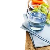 Gesundes Lebensmittel - Wasser, Karotte und Kopfsalat Lizenzfreies Stockfoto