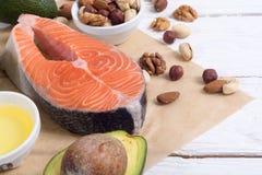 Gesundes Lebensmittelgemüse, -nüsse und -lachse lizenzfreie stockbilder