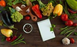 Gesundes Lebensmittelhintergrundgemüse auf altem Holztisch Stockbild