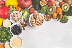 Gesundes Lebensmittelkonzept des strengen Vegetariers Fruchtgemüse-Rahmenhintergrund Stockbild