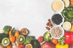 Gesundes Lebensmittelkonzept des strengen Vegetariers Fruchtgemüsehintergrund frisch Lizenzfreie Stockfotos