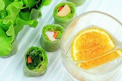 Gesundes Lebensmittelkonzept, Frischgemüsefrühlingsrollen, gesunde Asiatsverpackungen stockbild
