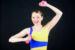 Gesundes Lebensstilkonzept Eignungs?bungen mit Dummk?pfen Training mit Dumbbells M?dchen-Griff-Dummk?pfe biceps lizenzfreies stockbild