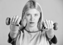 Gesundes Lebensstilkonzept Fraueneignungstrainer, der mit Dummk?pfen trainiert Einfache ?bungen mit Dummk?pfen Training mit lizenzfreie stockfotos