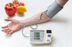 Gesundes Lebensstilkonzept Mann misst Blutdruck mit m Stockfotografie