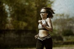Gesundes Lebensstilporträt der jungen glücklichen und geeigneten asiatischen chinesischen Läuferfrau in laufendem Training drauße stockfoto