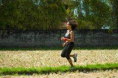 Gesundes Lebensstilporträt der jungen glücklichen und geeigneten asiatischen chinesischen Läuferfrau in laufendem Training drauße stockfotos