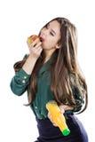 Gesundes Mädchen mit Wasser und Apfel nähren das Lächeln auf Weiß Lizenzfreies Stockfoto