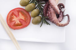 Gesundes Meeresfruchtdetail - Krake, Oliven und Tomate Stockfoto