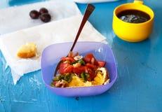 Gesundes Misch saladserved mit Tee und Toast auf einem exotischen hellen Türkisblaupicknicktisch mit Kopienraum Stockbilder