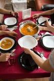Gesundes Mittagessen in der Familie Stockfotografie