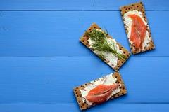 Gesundes Mittagessen, des knusprigen Brotes mit Lachs- und Frischkäse Lizenzfreies Stockbild