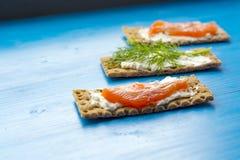 Gesundes Mittagessen, des knusprigen Brotes mit Lachs- und Frischkäse Stockbild