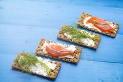 Gesundes Mittagessen, des knusprigen Brotes mit Lachs- und Frischkäse Stockfotografie