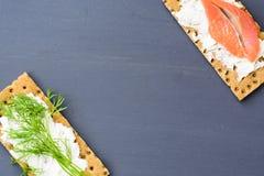 Gesundes Mittagessen, des knusprigen Brotes mit Lachs- und Frischkäse Stockbilder