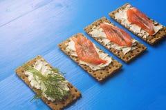 Gesundes Mittagessen, des knusprigen Brotes mit Lachs- und Frischkäse Stockfoto