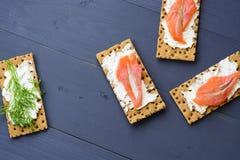 Gesundes Mittagessen, des knusprigen Brotes mit Lachs- und Frischkäse Stockfotos
