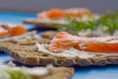 Gesundes Mittagessen, des knusprigen Brotes mit Lachs- und Frischkäse Lizenzfreie Stockfotografie