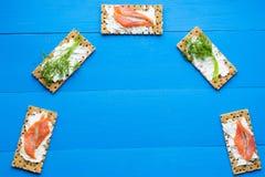 Gesundes Mittagessen, des knusprigen Brotes mit Lachs- und Frischkäse Lizenzfreies Stockfoto