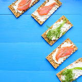 Gesundes Mittagessen, des knusprigen Brotes mit Lachs- und Frischkäse Lizenzfreie Stockfotos