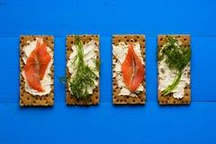 Gesundes Mittagessen, des knusprigen Brotes mit Lachs- und Frischkäse Lizenzfreie Stockbilder