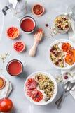 Gesundes Morgenfrühstück mit Granolajoghurt-Blutorangen stockbilder