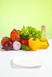 Gesundes Nahrungsmittelgemüse und fokussierte weiße Platte Stockfotografie