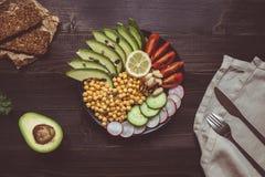 Gesundes Nahrungsmittelkonzept Gesunder Salat mit Kichererbse und Gemüse Lizenzfreie Stockfotos