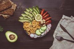 Gesundes Nahrungsmittelkonzept Gesunder Salat mit Kichererbse und Gemüse auf dem Holztisch Lebensmittel des strengen Vegetariers  Stockbilder