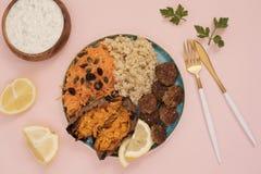 Gesundes Nahrungsmittelkonzept Sauberes Essen Mahlzeit mit Truthahnfleischklöschen, Bulgur, Süßkartoffel, Karotte, Salat Rosa und Stockbild