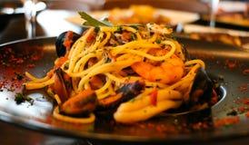 Gesundes Nahrungsmittelkonzept Spaghettis mit Garnelen, Garnelen und Miesmuscheln Unschärfehintergrund, Nahaufnahmeansicht lizenzfreies stockbild