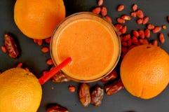 Gesundes neues Smoothiegetränk vom orange, chinesischen goji und vom trockenen Datum stockbild