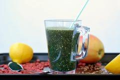 Gesundes neues Smoothiegetränk von rotem chinesischem Beere goji, von der Zitrone, vom grünen spirulina, vom Leinsamen und vom Ap stockbilder