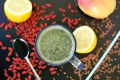 Gesundes neues Smoothiegetränk von rotem chinesischem Beere goji, von der Zitrone, vom grünen spirulina, vom Leinsamen und vom Ap lizenzfreies stockbild