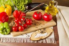Gesundes organisches Gemüse auf einem hölzernen Hintergrund Lizenzfreie Stockfotos