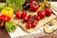 Gesundes organisches Gemüse auf einem hölzernen Hintergrund Lizenzfreie Stockfotografie