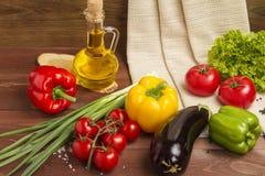 Gesundes organisches Gemüse auf einem hölzernen Hintergrund Lizenzfreie Stockbilder