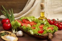 Gesundes organisches Gemüse auf einem hölzernen Hintergrund Lizenzfreies Stockbild