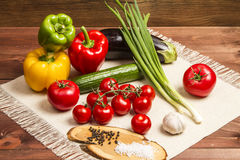 Gesundes organisches Gemüse auf einem hölzernen Hintergrund Stockfotos