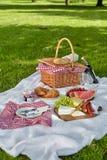 Gesundes Picknicklebensmittel mit Frucht, Käse und Brot Stockfotos