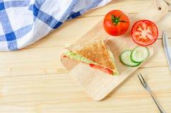 Gesundes Sandwich auf hölzernem Brett Stockbild