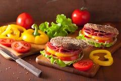 Gesundes Sandwich mit Salamitomatenpfeffer und -kopfsalat lizenzfreie stockfotografie