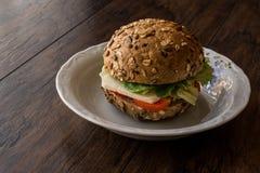 Gesundes Sandwich mit Tomate und Käse in einem Mischsamenbrot Lizenzfreies Stockbild