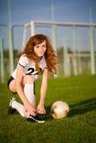 Gesundes schönes Mädchen mit Freckles auf Fußball fie lizenzfreie stockfotografie