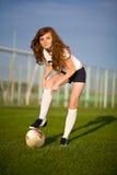 Gesundes schönes Mädchen mit Freckles auf Fußball fie Lizenzfreie Stockfotos