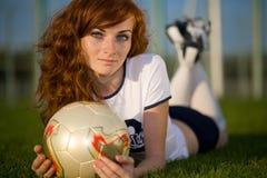 Gesundes schönes Mädchen mit Freckles auf Fußball fie stockbild