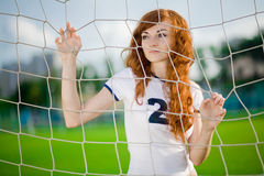 Gesundes schönes Mädchen mit Freckles auf Fußballplatz Lizenzfreie Stockbilder